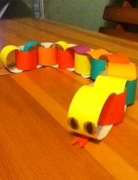 Простая поделка на Новый Год - змея из цветной бумаги