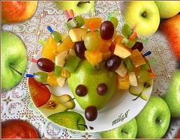 Ежик из фруктов