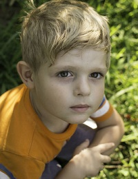 Почему ребенок застенчивый и что с этим делать